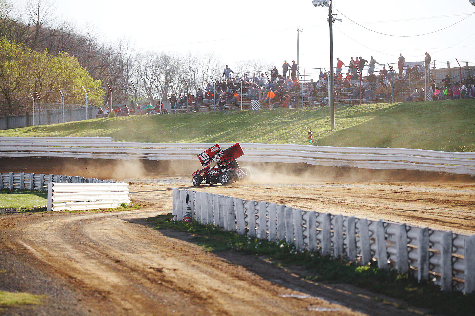 Ohio native; Chad Kemenah pushes through turn 1 during qualifying at Selinsgrove Speedway in 2016. ( Jeffrey Turford / TDP )