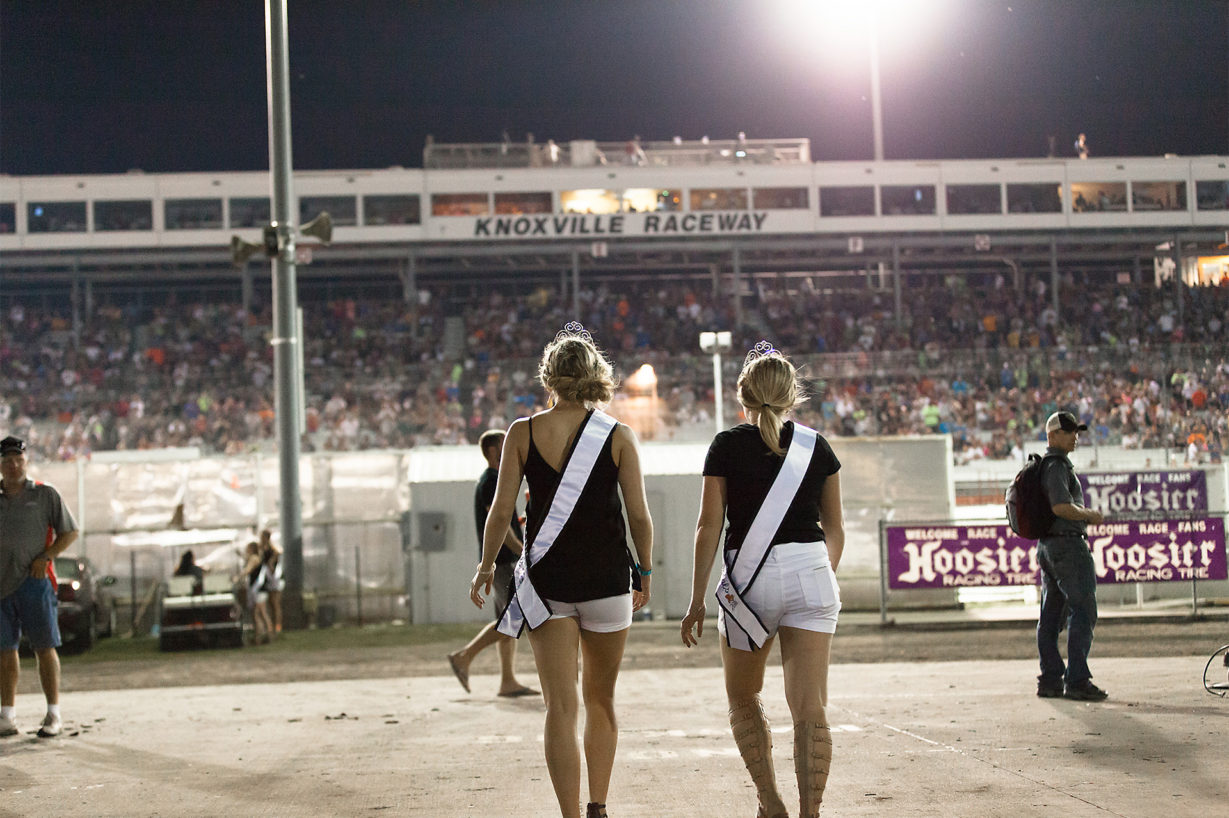 Knoxville beauty queens make their way to the front stretch for the night 1, A main. ( Jeffrey Turford / TDP )