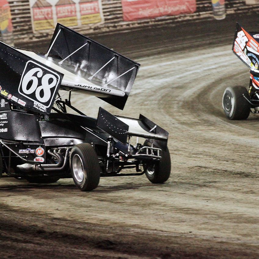Chase Johnson and Chris Martin battle for position in the D Main at The 2016 Knoxville Nationals. ( Jeffrey Turford / TDP )