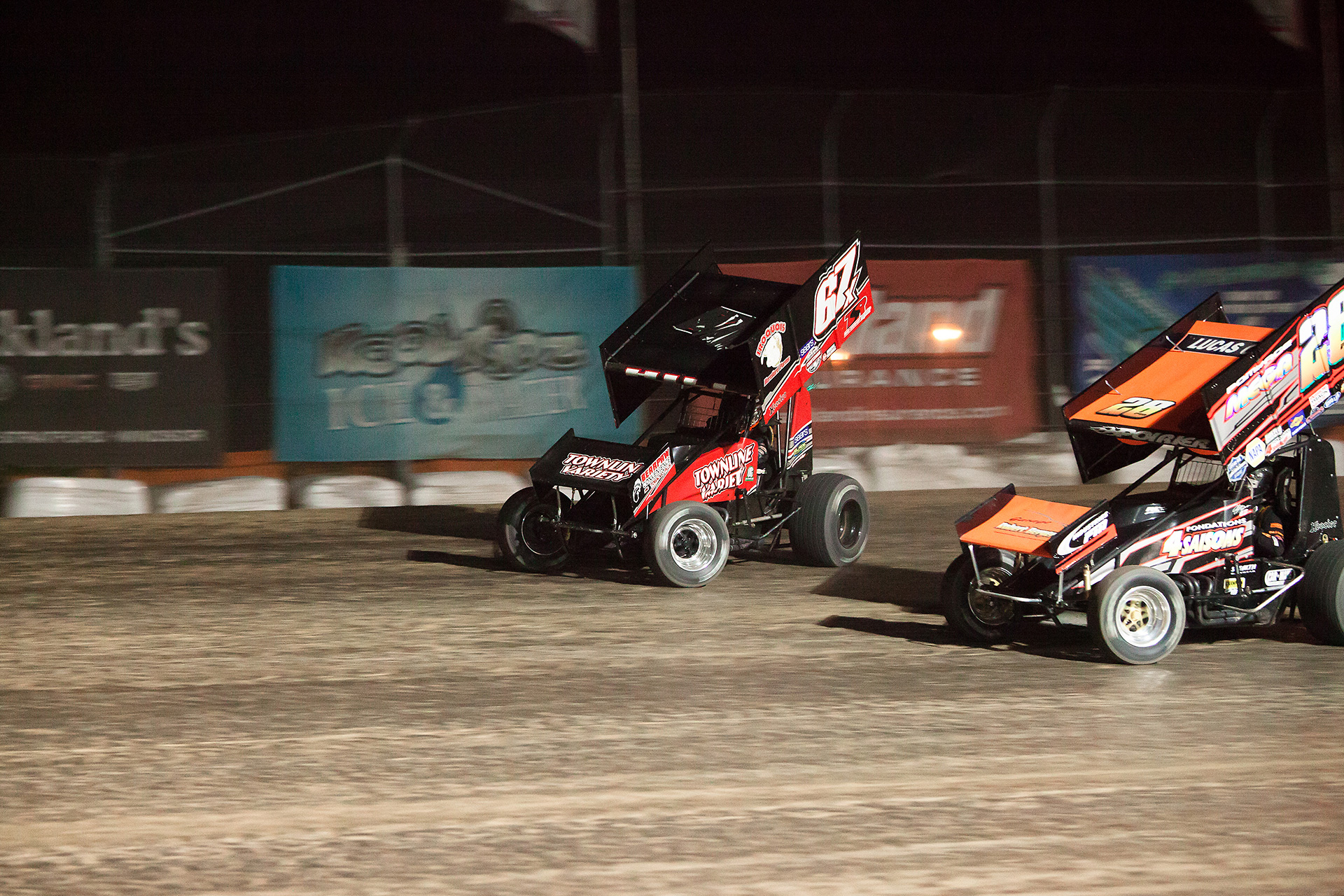 no.67x Parker Price-Miller and 28fm Steve Poirier battle for the lead at the 2016 Canadian Sprint Car Nationals (Jeffrey Turford / TDP)